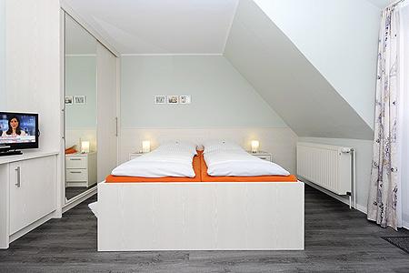 Fotos mehrbettzimmer mit balkon im hotel garni haus am for Zimmer neuharlingersiel
